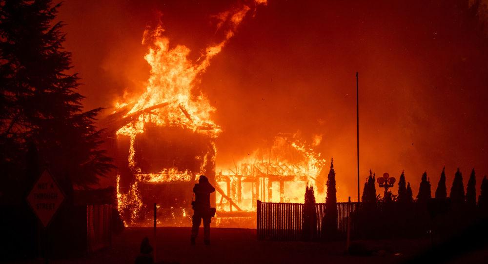 حرائق الغابات المستعرة في ولاية كاليفورنيا