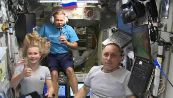 طاقم سينمائي يعود إلى الأرض بعد تصوير أول فيلم في الفضاء