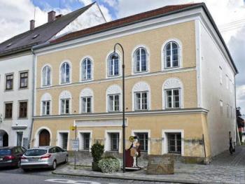 نمساويون يلقون النظرة الأخيرة على منزل هتلر قبل هدمه