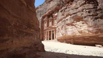 البتراء صارت مهجورة ..  كورونا تضرب سياحة الأردن وتضاعف الأزمة الاقتصادية