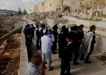 مستوطنون يقتحمون مقبرة باب الرحمة المحاذية للأقصى