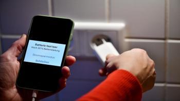 خبراء: شاحنك السريع يمكن أن يشعل هاتفك