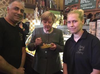 المستشارة الالمانية  ميركل تزور   مطعم الطيب اللبناني للحافي