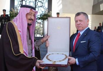 الملك يقلد خادم الحرمين وسام الحسين بن علي