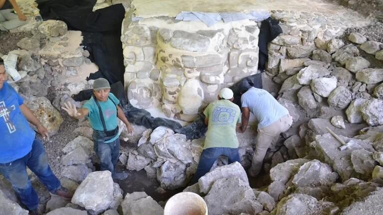 اكتشاف قناع عملاق يعود لحضارة المايا في المكسيك