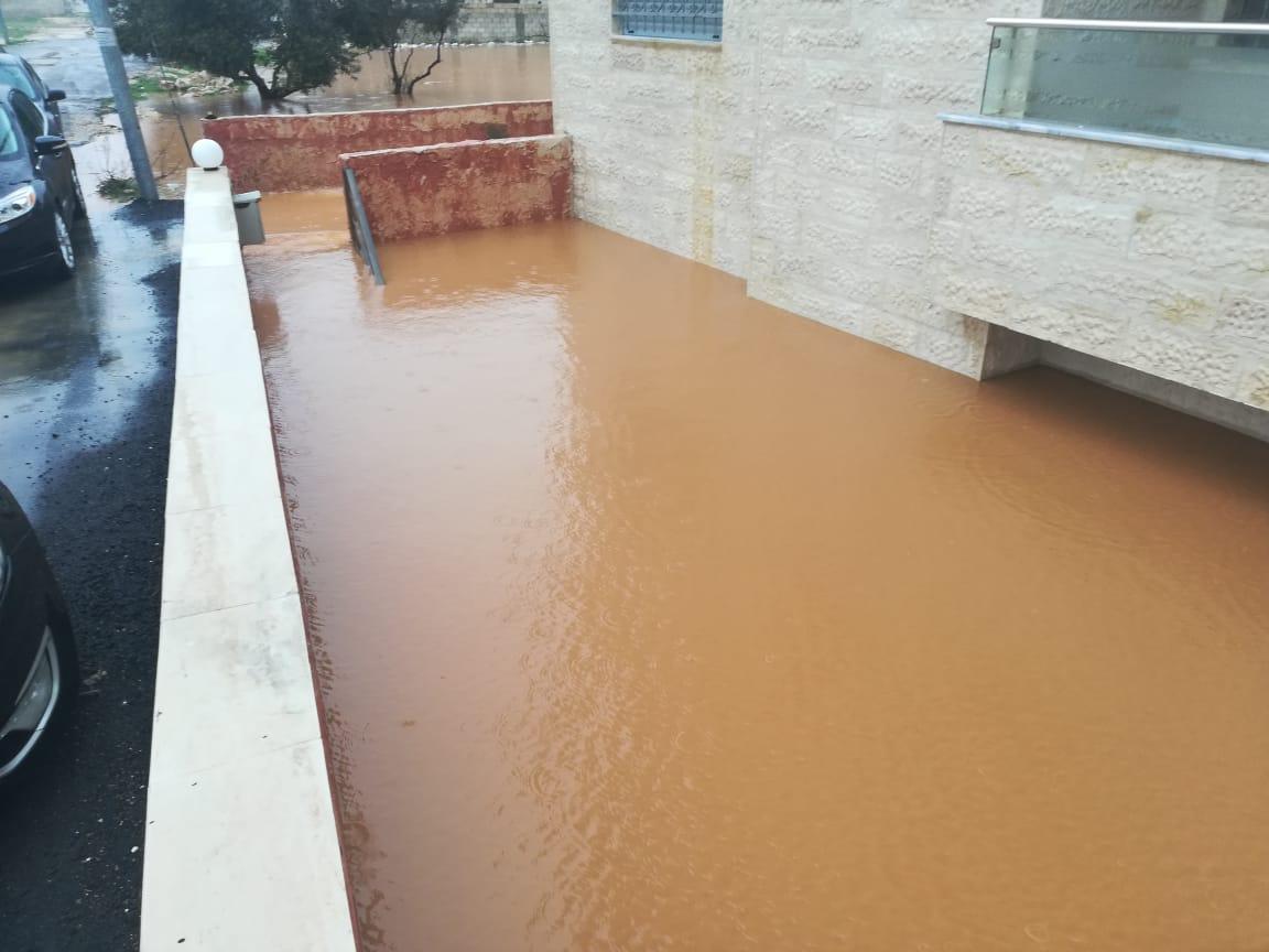 مداهمة مياه الامطار لاحد المنازل