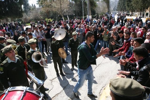 وقفة احتفالية لطلبة  الأردنية  احتفاءً بعيد ميلاد الملك