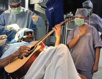 يعزف على الجيتار أثناء خضوعه لجراحة في الدماغ