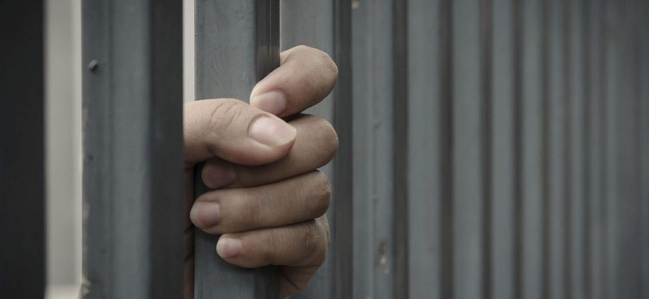 أم أبلغت الشرطة عن ابنها وحرصت على إيداعه السجن !