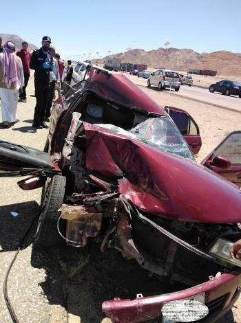 وفاة و5 اصابات بتصادم شاحنة ومركبة على الطريق الصحراوي (صور)