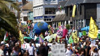 مظاهرات واسعة أمام مركز الإعلام لقمة G7 في إنجلترا