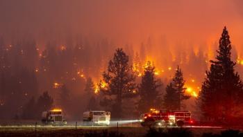 حريق ضخم بجنوب كاليفورنيا يجبر الآلاف على ترك منازلهم