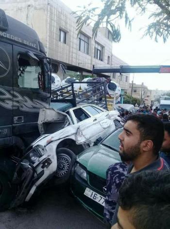 20 إصابة بحادث تصادم 27 مركبة قرب إشارات ايدون في اربد (صور)
