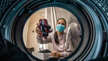 دراسة: غسل الملابس خطر على الأرض