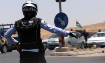 مواطنان يعتديان على رجل سير في المدينة الرياضية (فيديو)