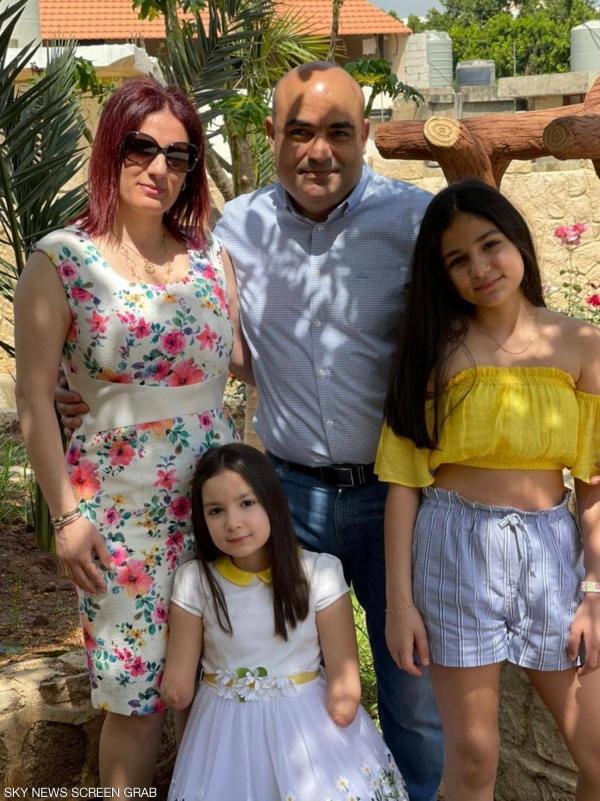 الطفلة إيلا بين أفراد عائلتها