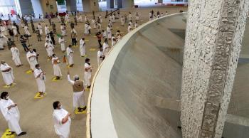 حجاج بيت الله يستقبلون أول أيام التشريق ويرمون الجمرات الثلاث