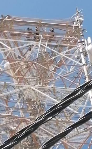 3 شبان يحاولون الإنتحار من أعلى برج إتصالات في معان