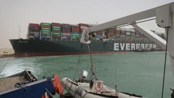 مصر تعلق الملاحة مؤقتاً في قناة السويس