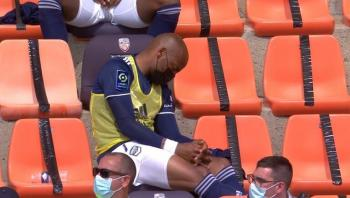 لاعب يغرق في النوم خلال مباراة فريقه