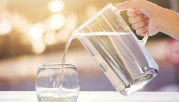 أيهما أكثر صحية: شرب الماء قبل الطعام أم بعده؟