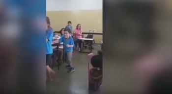 بالفيديو: طفل مصاب بالشلل يمشي بفضل زملائه في الصف