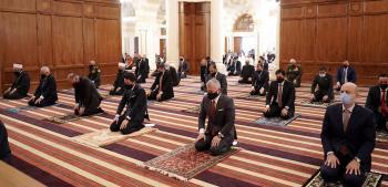 الملك وولي العهد يشاركان المصلين أداء صلاة عيد الأضحى (فيديو)