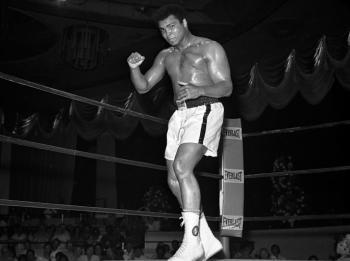 وفاة أسطورة الملاكمة الذي هزم محمد علي