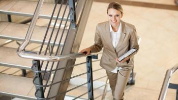 6 أسباب تجعلك تفضلين  صعود الدرج