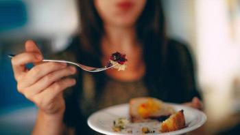 كيف يؤثر الإفراط في تناول الطعام سلبًا على صحتك؟