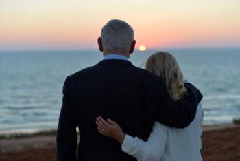 صورة الزوجين نتنياهو تثير التقاليد