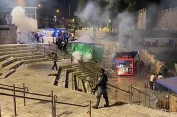 اصابة أب وأطفاله الأربعة بقنابل الاحتلال قرب باب العامود