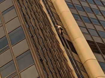 القبض على سبايدرمان يتسلق ناطحة سحاب في باريس