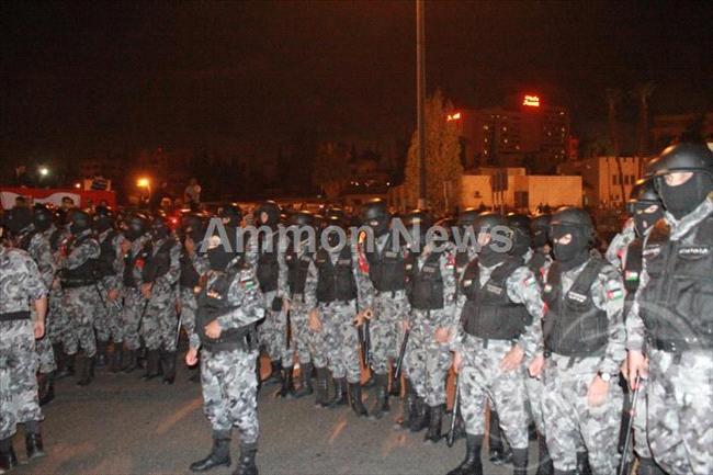 الأردن اعتصام الداخلية بالمياه الهروات big20121114512RN606.jpeg