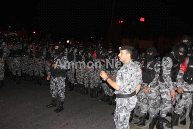الأردن اعتصام الداخلية بالمياه الهروات big2012111453RN574.jpeg