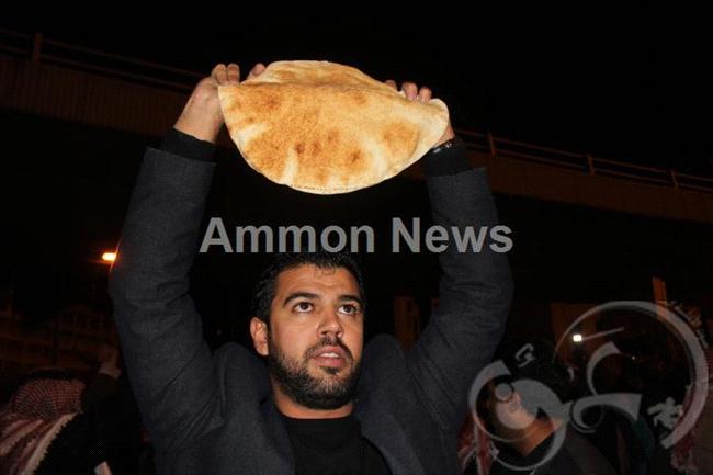 الأردن اعتصام الداخلية بالمياه الهروات big20121114554RN704.jpeg
