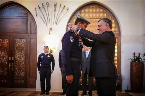 إرفع راسك أنت أردني: الملك يكرم البلاونة بوسام التضحية والفداء
