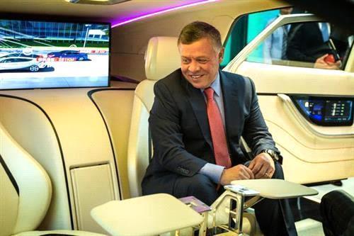 ماهي السيارة الغريبة التي جلس الملك عبدالله بداخلها ...